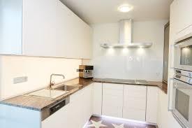 helle küche mit dunkler arbeitsplatte elha service küchenblog