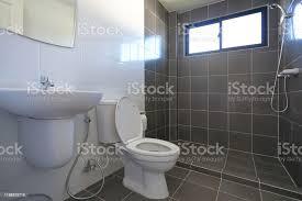 modernes design kleinen badezimmer mit weißen wc wasserschrank und verwendet schwarze fliesen wand und boden stockfoto und mehr bilder