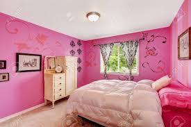 mädchen schlafzimmer interieur in hellen rosa farbe mit bequemen bett und kleiderschrank aus holz mit schubladen