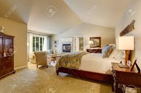 klassische amerikanische schlafzimmer mit holzmöbeln teppichboden und kamin