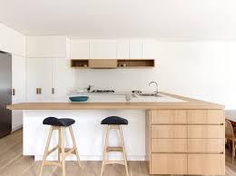 deco cuisine blanc et bois cuisine blanche avec plan de travail bois ilot peninsule bar lzzy co