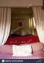traditionelle schlafzimmer detail himmelbett vorhang