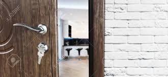 die hälfte geöffnete tür in einer küche türgriff türschloss esszimmer tür halb offen öffnungstür willkommen konzept eingang in den raum tür an
