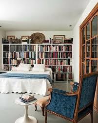 elegantes schlafzimmer wand zu wand bücherregal viele bücher