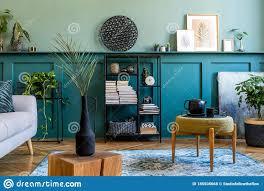 inneneinrichtung des wohnzimmer mit grauem sofa der