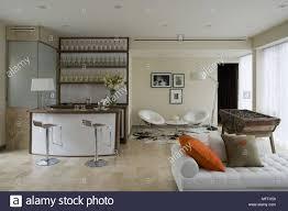 bar hocker an der bar in der modernen wohnzimmer