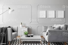 poster auf der leeren grauen wand aus einfachen wohnzimmer mit zwei sofas couchtisch und weiße le echtes foto stockfoto und mehr bilder