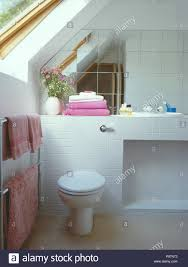spiegel fliesen an wand über toilette im weißen dachgeschoss