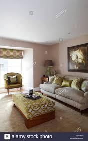 wohnzimmer in den farben hellgrün und beige stockfotografie