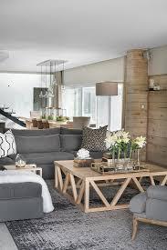 gemütliches wohnzimmer mit grauem sofa bild kaufen
