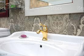 bad luxus klassischen interieur mit weißen waschbecken und klassischen retrostil goldenen wasserhahn stockfoto und mehr bilder accessoires