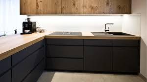 küche aus eiche und grau lack topmatt minimalistisch