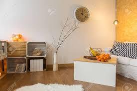 warmes wohnzimmer mit diy bücherregal aus holz tisch und leinen sofa