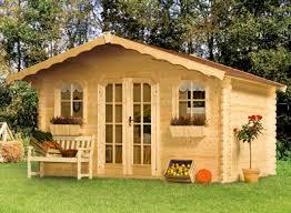 des abris de jardin en bois chaleureux pour un esprit hiver et