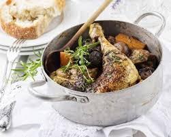 cuisiner le coq recette coq au vin blanc lardons fumés et chignons