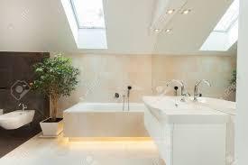 schönes modernes badezimmer mit großen beleuchteten badewanne