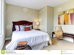schlafzimmer mit weißer bettwäsche grüne wände stockfoto