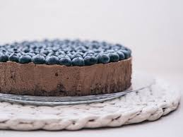 schokoladen mousse torte mit heidelbeeren