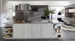 cuisine bois laqué cuisine contemporaine en bois laqué avec îlot mate shape