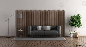foto auf lager modernes wohnzimmer mit schwarzem ledersofa vor einer holztafel