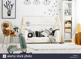 schlafzimmer mit holz bett rockigen roller len und