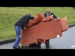déménager un canapé deux irlandais bourrés déménagent un canapé http