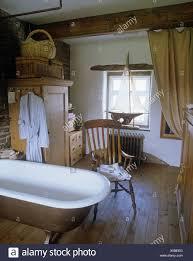 roll top badewanne und antik stuhl im ferienhaus bad