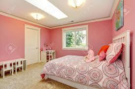 gemütlich und sanfte farben schlafzimmer für mädchen rosa wände verschmelzen mit betten