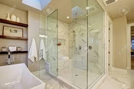 erstaunlich master bad mit großen glas marmor begehbare dusche freistehende badewanne und dachfenster an der decke northwest usa