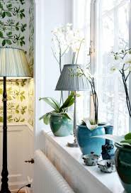 landhaus deko orchideen und stehle am fenster