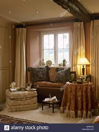 landhausstil wohnzimmer mit fenster vorhänge stoff