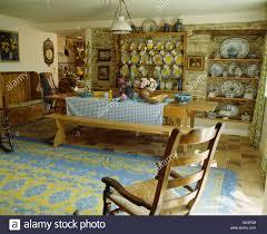 schaukelstuhl und blau gelb teppich in französischer