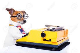 secrétaire chien taper sur un clavier de machine à