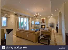 beiges ledersofa in wohnung wohnzimmer mit kamin und marmor