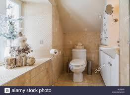 badezimmer mit fliesen aus travertin auf dem oberen boden in