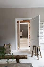 wohnzimmer mit hellgrau getönter wand bild kaufen