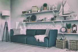 skandinavisches nordisches wohnzimmer mit einem sofa