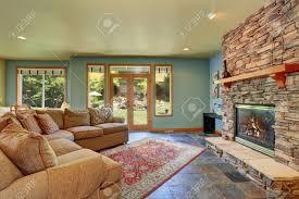gemütliches wohnzimmer mit blauen wänden fliesenboden und steinkachelkamin nordwesten usa