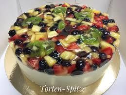 joghurtsahnetorte mit frischen früchten belegt tortenspitze