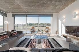 moderne villa wohnzimmer mit pool und blick auf die terrasse foto luisviegas auf envato elements