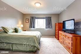 große graue schlafzimmer mit kommode fernseher und den blauen vorhängen stockfoto und mehr bilder architektur
