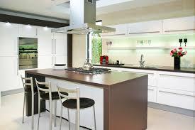 cuisine marron et blanc meuble de cuisine blanc brillant le carrelage blanc brillant une