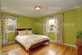 schlafzimmer mit leuchtenden neongrünen wände stockfoto und mehr bilder architektur