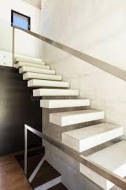 villa moderne intérieur escaliers photo libre de droits image