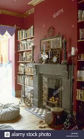 traditionelles rotes wohnzimmer mit einem kamin aus stein