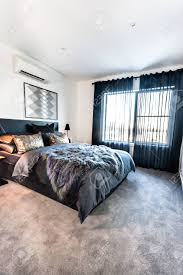 moderne schlafzimmer mit dunklen farbe dekorationen enthalten wolle decke und schwarzen vorhänge auf dem boden teppich