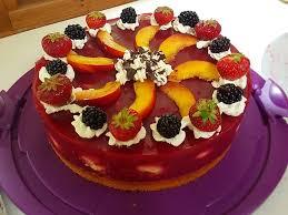 rote grütze torte gefüllt mit mini windbeutel
