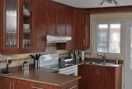 ile cuisine île de bois vert clair armoire cuisine brun foncé dosseret marron