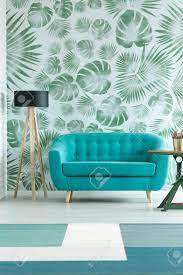 le neben türkis sofa im frühjahr wohnzimmer mit gemusterten grünen wolken und blauer teppich
