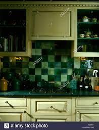 helles und dunkles grün fliesen über küche herd